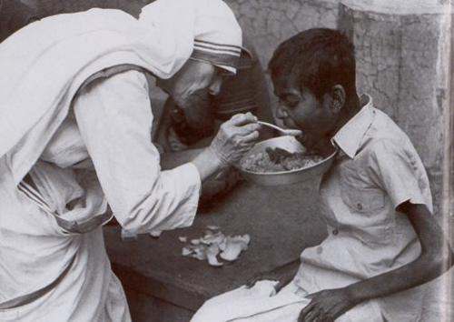 Mother Teresa of Calcutta dans images sacrée mother-teresa-feeding1